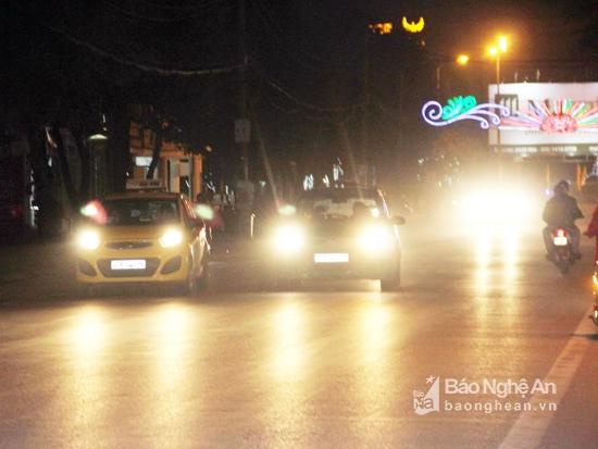Dùng đèn chiếu sáng trên ô tô như thế nào cho đúng?